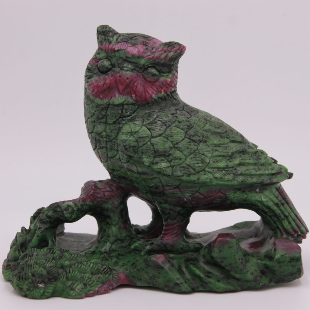 Sculpture en zoïsite avec rubis